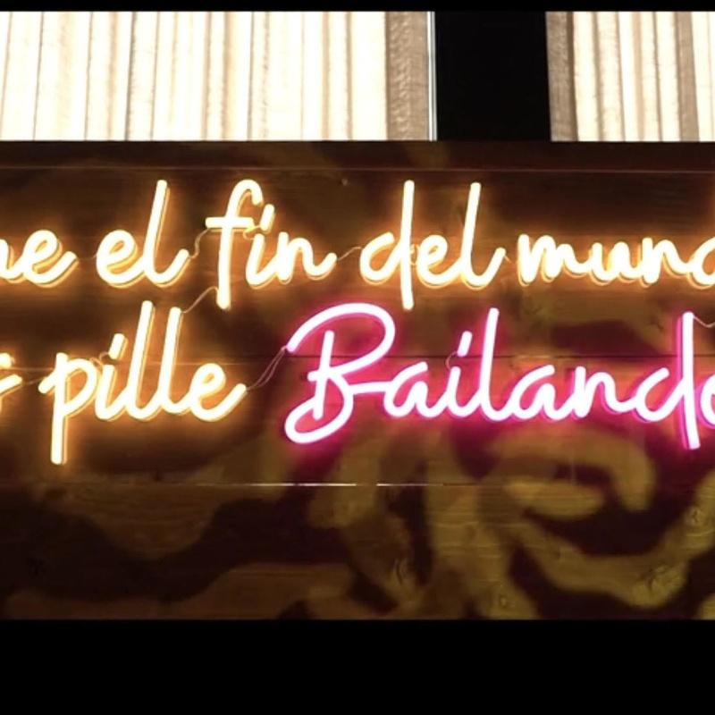 Neón QUE EL FIN DEL MUNDO NOS PILLE BAILANDO: Decoración de eventos de DeMadera Chic