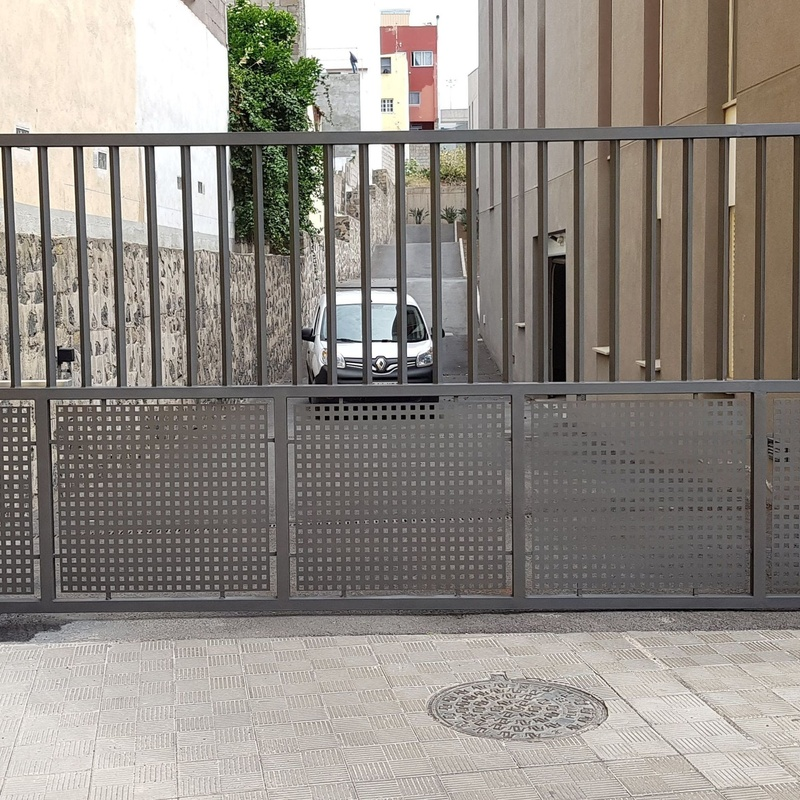 Puertas abatibles : Servicios de JLS Puertas automáticas y Cerrajería