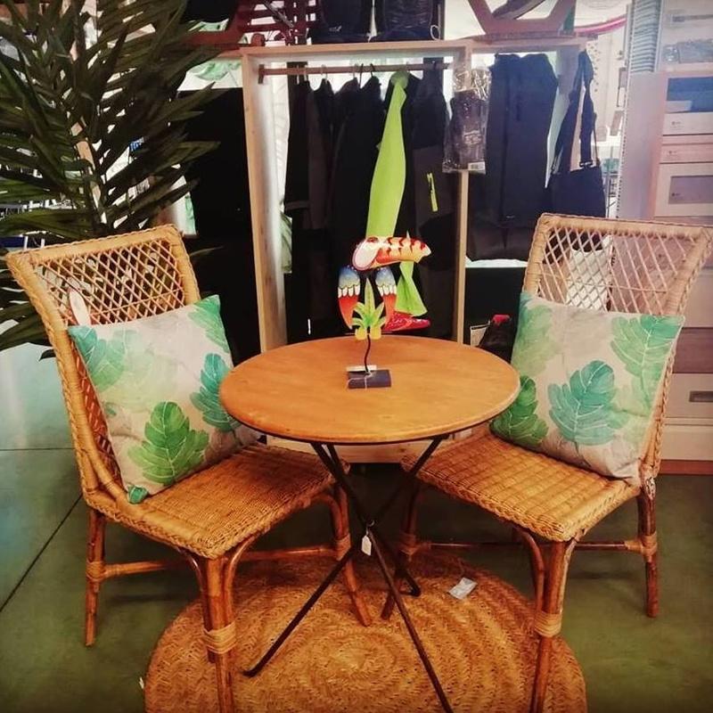 Mesa madera metal con sillas mimbre