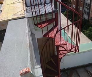 Escalera de caracol con peldaños de chapa estampada