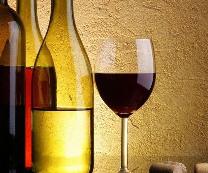 """¿Cómo las etiquetas de los vinos te """"engañan"""" para lograr que te sepan mejor?"""