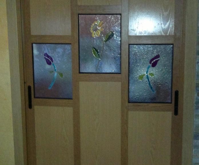 Puerta de interior, perfileria de aluminio y paneles de madera.