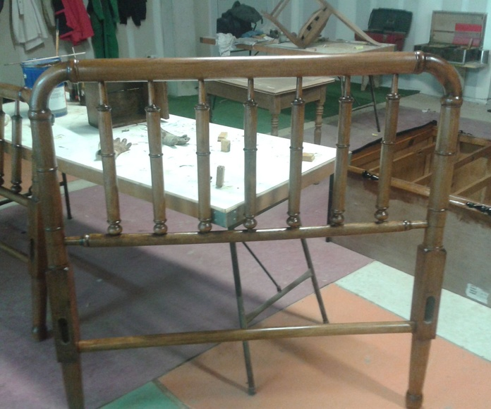 Cabezal de cama de haya acabado en color nogal