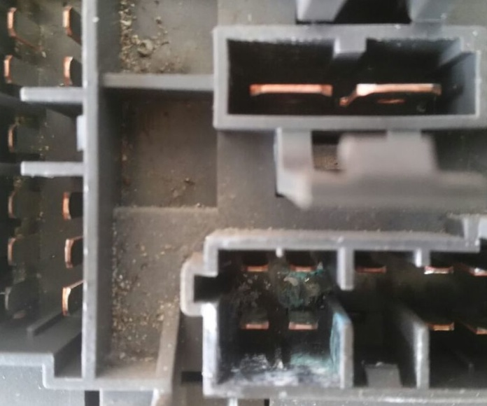 Caja de fusibles con filtración de agua