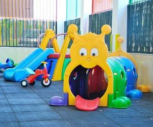 Soleado patio con juguetes