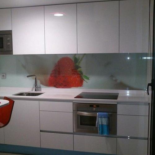 Cocina Luxe Laminado brillo con Gola aluminio. Trasera de cristal.