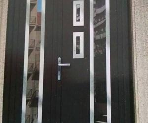 Puerta metálica de acceso a vivienda