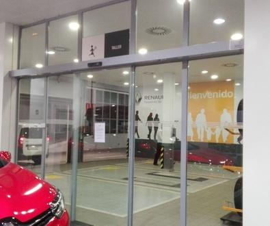 Puerta de cristal rápida 1 hoja corredera automática Farem Holux en concesionario pista de Silla