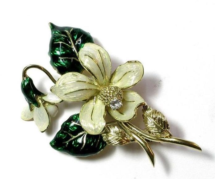 Broche con rama en flor en oro de 18k con esmaltes y brillante. Circa 1950.: Catálogo de Antigua Joyeros