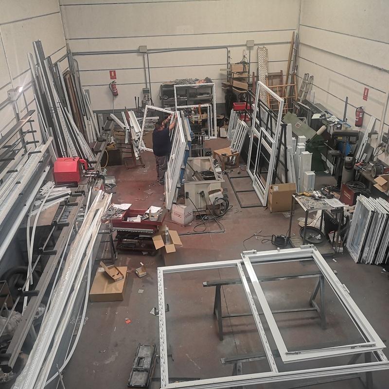 Fabricación e instalación de puertas osciloparalelas.:  de Cerrajería Vefergal