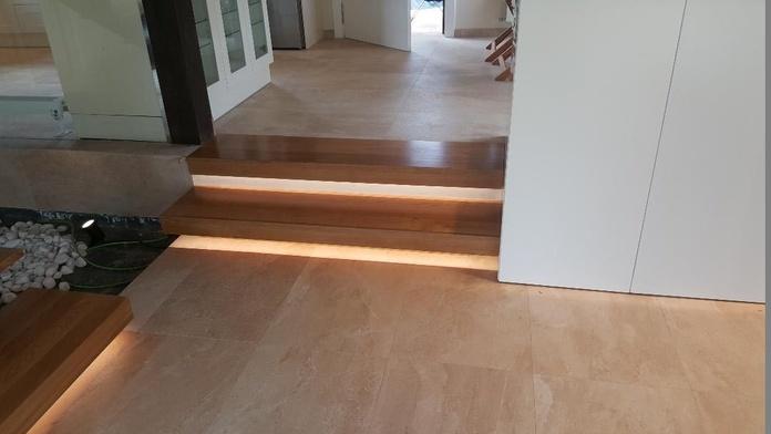 Iluminación en escalones y suelo