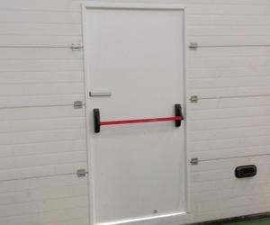 Colocación de puerta peatonal de salida de emergencia en puerta seccional