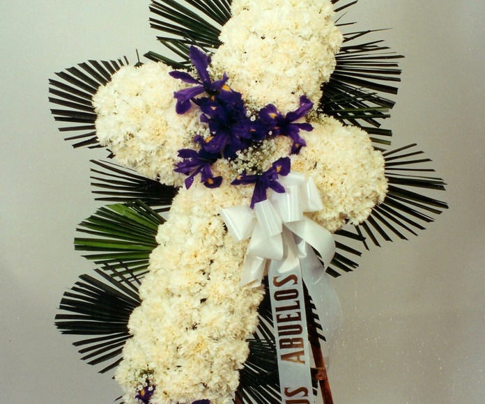 Cruz blanca de funeral: Catálogo de flores y plantas de Floristería Pétalos