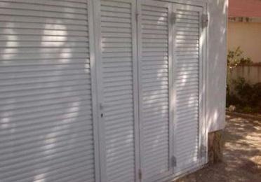 Diseño, fabricación y montaje de puerta abatible lacada
