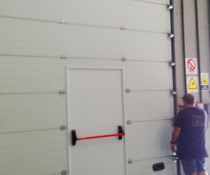 Colocación de puerta peatonal en seccional