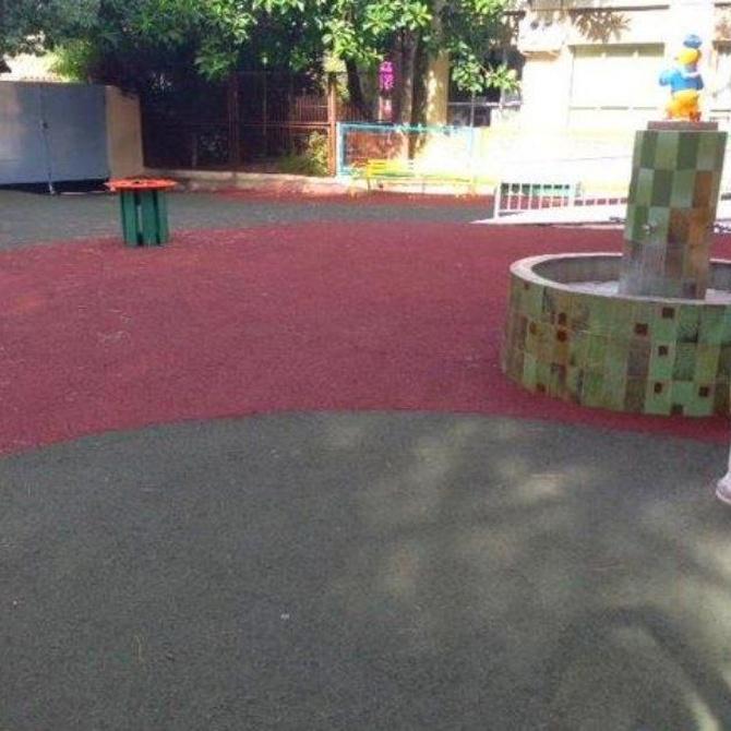 ¿Qué normativa regula la equipación de los parques infantiles?