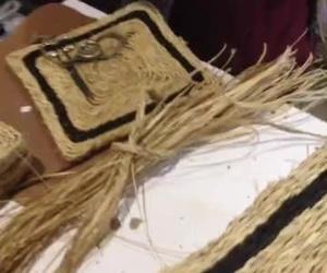 ALFOMBRAS DE ESPARTO . Estas alfombras tienen una fabricación totalmente manual, aquí vemos como se trenza el esparto para posteriormente tejerlo.