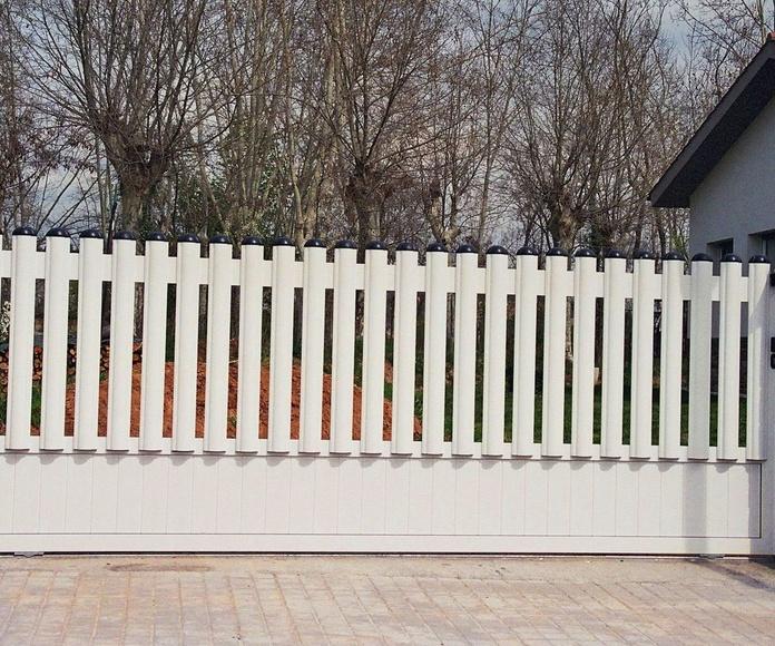 A95 Puerta Corredera de aluminio en chapa lisa y barrotes verticales