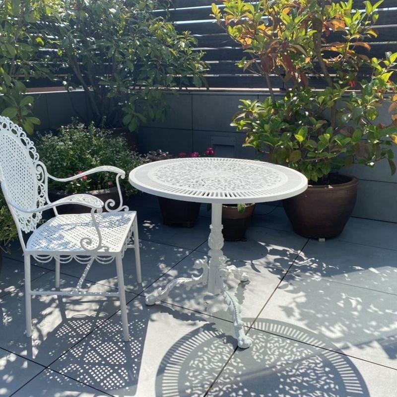 Mesa y silla, restaurada en lacado blanco exterior