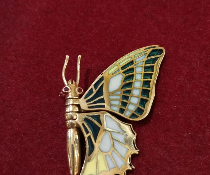 Broche de mariposa de oro de 18k con esmalte pliqué a jour. Circa: 1980.: Catálogo de Antigua Joyeros