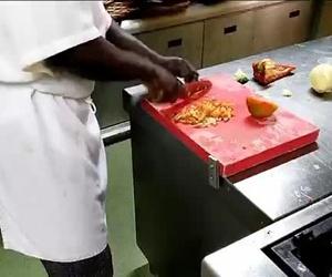 Preparación de una paella vegetal en la cocina del restaurante Can Tarradas de Lloret de Mar
