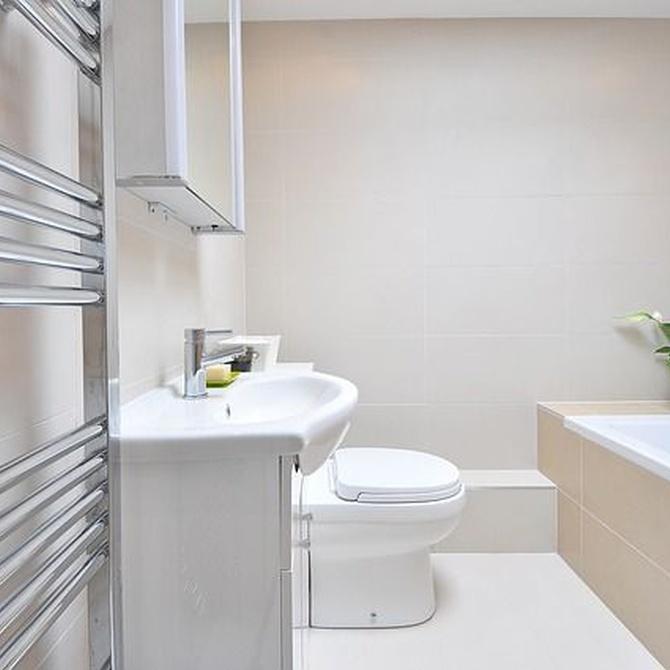 ¿Cómo decorar un baño estrecho?