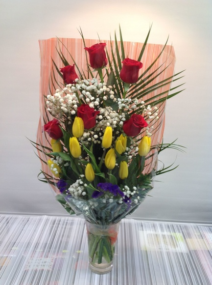Ramo 6 rosas y tulipanes:  de Floristería Contreras