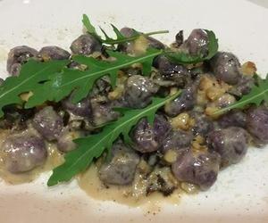 Gnocchi de patata morada con gorgonzola, nuces y pasas.