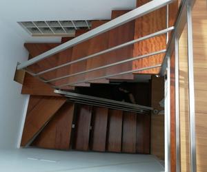 Barandilla de acero inoxidable montada en escalera de diseño de vivienda particular.