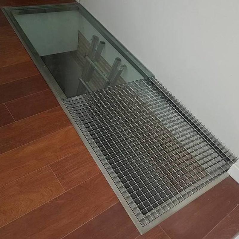 Suelo pisable de acero inoxidable con vidrio 10+10 y tramel.