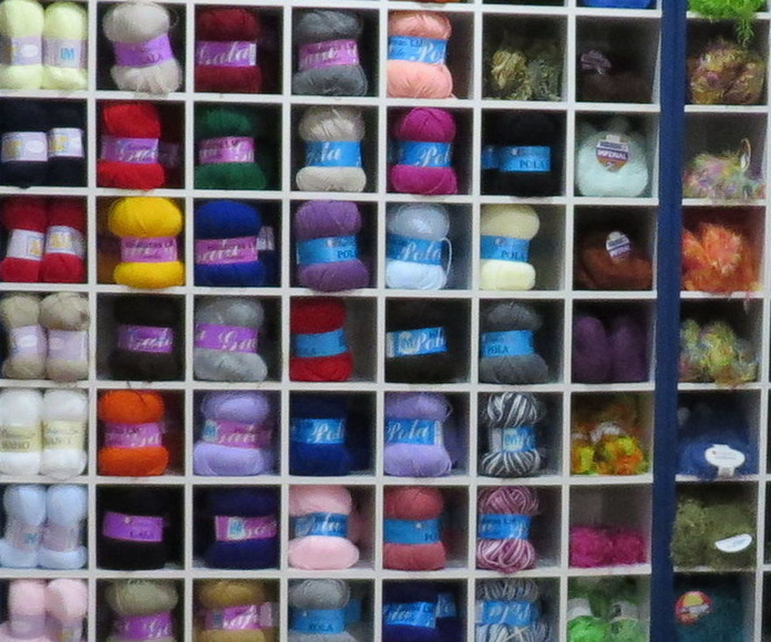 lanas de todos los colores en Punto & Costura en Almería
