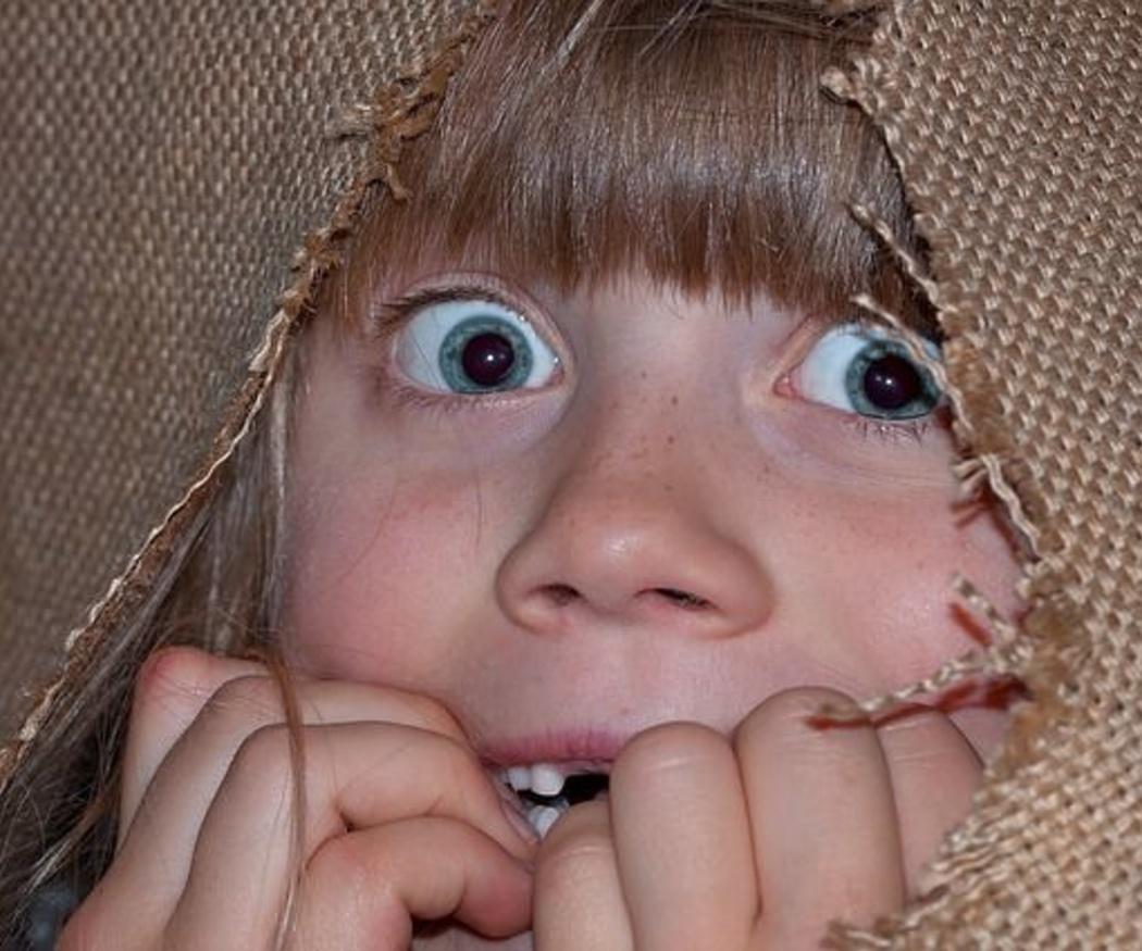 Los niños pequeños ante una situación de peligro en el hogar