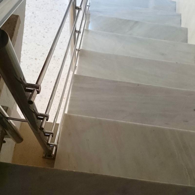 Barandilla de acero inoxidable diseñada en pasarela de acceso a ascensor montada para empresa privada