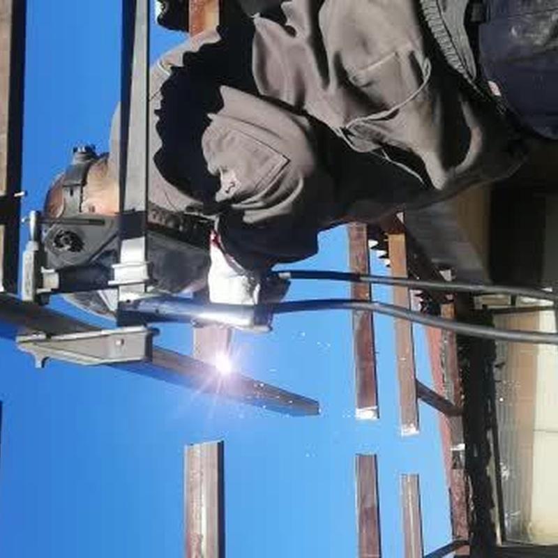 Estructura metálica para colocación de techo de chapa sándwich y vidrio.