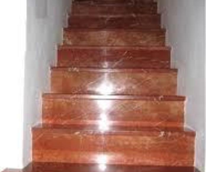 Escalera en marmol rojo alicante.