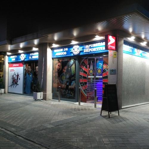 rótulo en Bandeja calada con textos en relieve e iluminación mediante proyectores LED