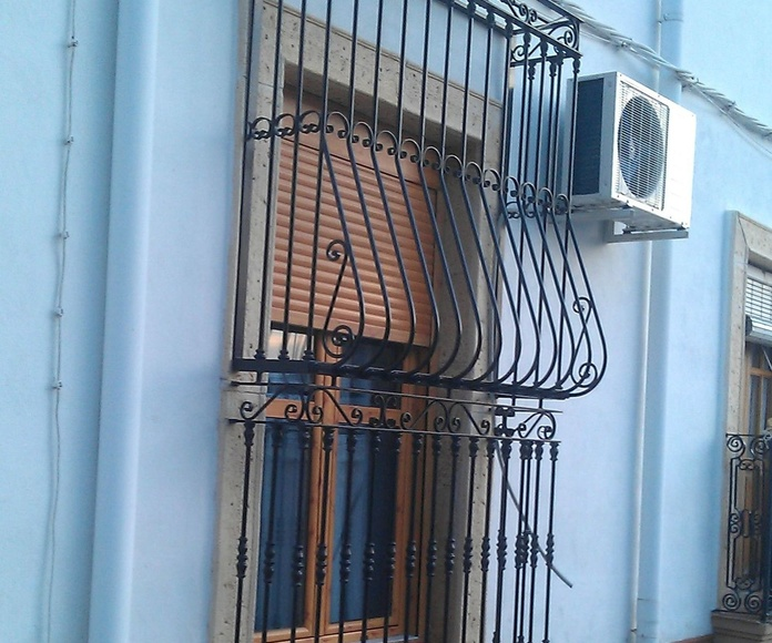 Cerramiento de balcón tipo pecho paloma con castelas