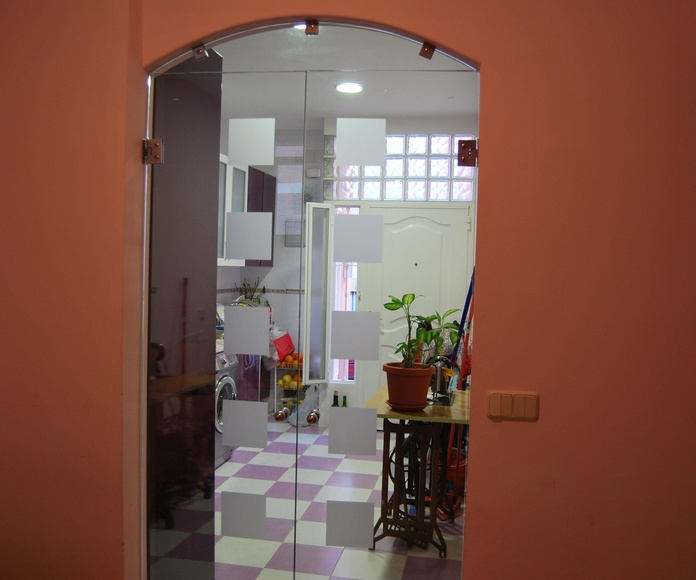 Puerta de cristal abatible de CRISTALERA MADRILEÑA