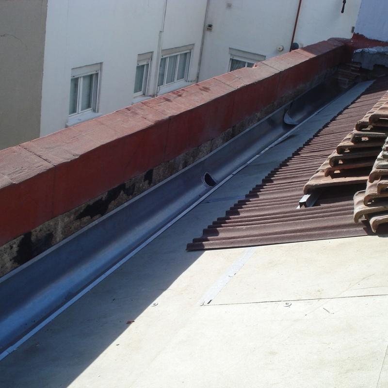 C/ Divino Vallés, 31. Madrid. Tablero hidrófugo, placas bituminosas y nuevo canalón zinc (en ejecución)
