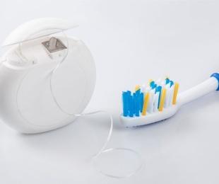 El hilo dental y la prevención de la periodontitis
