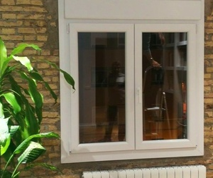 VENTANA PVC TRIPLE JUNTA PERSIANA MOTOR