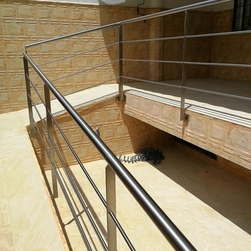 Barandilla de acero inoxidable sencilla diseñada y fabricada a medida para acceso a vivienda particular