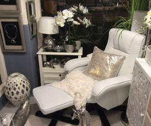 sillón con reposapiés de color blanco