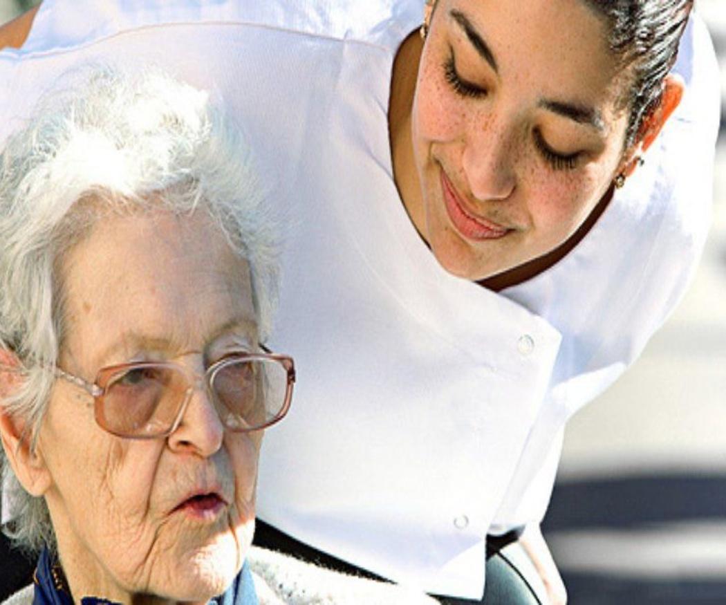 Consejos para elegir al cuidador de una persona mayor