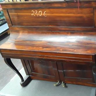 Bello piano antiguo
