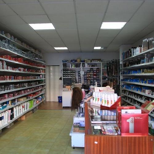Interior de la tienda de distribución de productos de peluquería