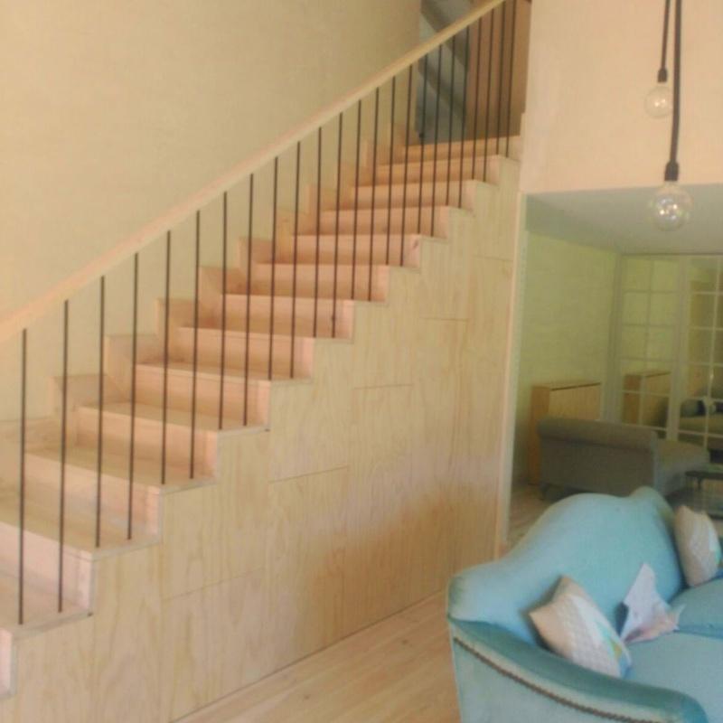 Mueble Bajo-Escalera en Contrachapado de Pino Radiata