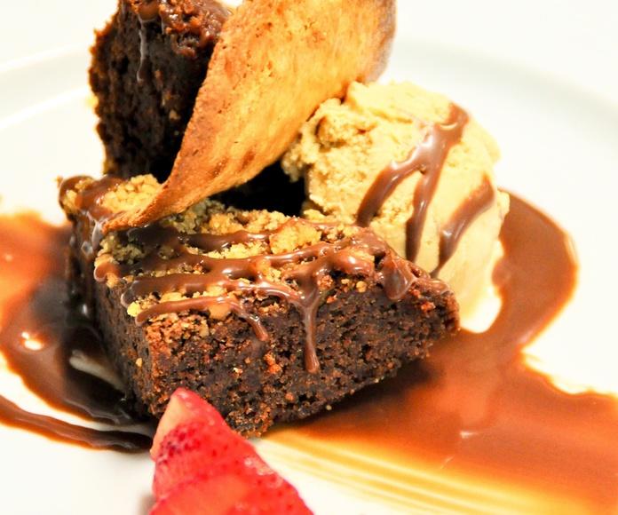 Brownie de chocolate con nueces y helado de dulce de leche.