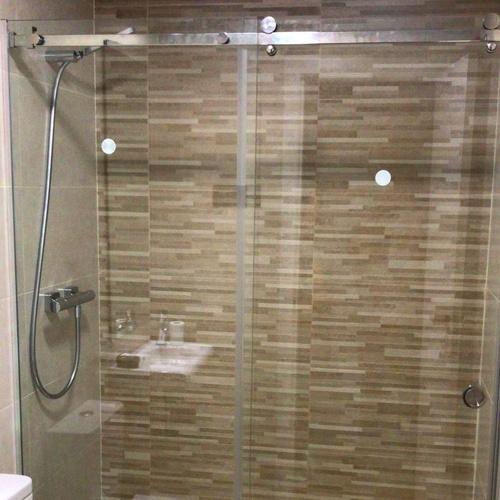Mampara de baño con cristales de seguridad de 8 mm, tratamiento antical y piezas de acero inox