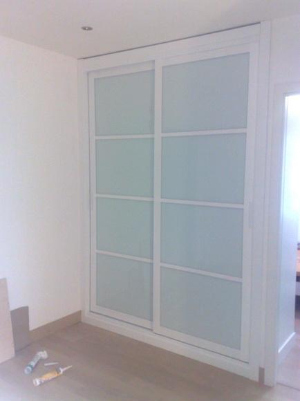 Armario con puertas correderas lacado en blanco